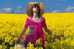 Mulher bonita que relaxa no amarelo bonito c Imagem de Stock