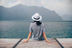 Mulher bonita que relaxa no cais no lago Garda fotografia de stock
