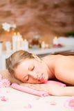 Mulher bonita que relaxa no tratamento dos termas Fotografia de Stock Royalty Free