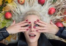 Mulher bonita que ri em Autumn Leaves Imagem de Stock Royalty Free