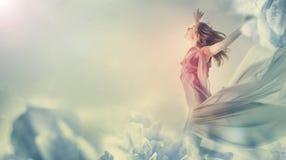 Mulher bonita que salta em uma flor gigante Fotos de Stock Royalty Free