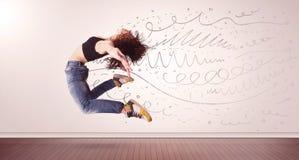 A mulher bonita que saltam com linhas tiradas mão e as setas saem Foto de Stock