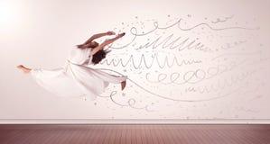A mulher bonita que saltam com linhas tiradas mão e as setas saem Foto de Stock Royalty Free