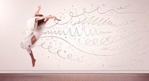 A mulher bonita que saltam com linhas tiradas mão e as setas saem Fotografia de Stock Royalty Free