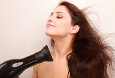 Mulher bonita que seca o cabelo saudável longo Imagens de Stock Royalty Free