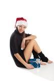 Mulher bonita que senta-se com caixa atual imagem de stock royalty free