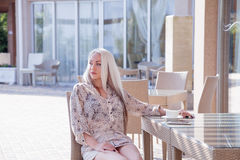 Mulher bonita que senta-se em um restaurante fotos de stock
