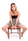 Mulher bonita que senta-se em uma cadeira Foto de Stock Royalty Free