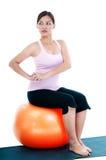 Mulher bonita que senta-se na esfera da aptidão Foto de Stock Royalty Free