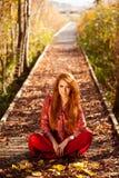 Mulher bonita que senta-se na natureza Fotografia de Stock