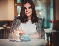 Mulher bonita que senta-se no restaurante fotos de stock royalty free