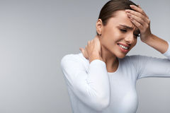 Mulher bonita que sente doente, tendo a dor de cabeça, dor de corpo dolorosa Fotos de Stock Royalty Free