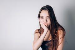 Mulher bonita que sofre da dor de dente severa, guardando seu mordente em sua mão Cara dolorosa, dor, odontologia fotografia de stock