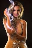 Mulher bonita que sorri com faísca mágica em suas mãos Luzes conduzidas imagens de stock