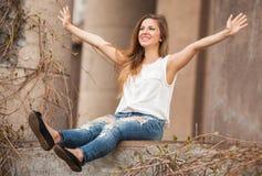 Mulher bonita que sorri com mãos abertas Imagens de Stock Royalty Free