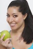 Mulher bonita que sorri com maçã Foto de Stock
