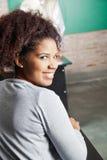 Mulher bonita que sorri na sala de aula fotografia de stock royalty free