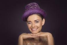 Mulher bonita que sorri olhando a câmera com o um olho fechado Imagens de Stock Royalty Free