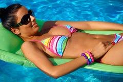 Mulher bonita que sunbathing Fotos de Stock