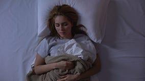 Mulher bonita que tem o sono saudável e forte na cama ortopédica confortável vídeos de arquivo