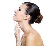 Mulher bonita que toca pelos dedos em sua garganta Imagem de Stock