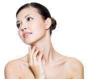 Mulher bonita que toca pelos dedos em sua garganta Imagem de Stock Royalty Free