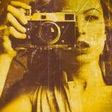 Mulher bonita que toma fotos com a câmera retro do filme Imagens de Stock