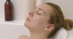Mulher bonita que toma o banho video estoque
