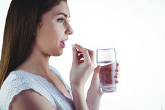 Mulher bonita que toma o comprimido branco Foto de Stock
