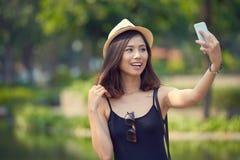 Mulher bonita que toma o selfie imagem de stock royalty free