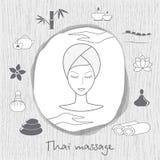Mulher bonita que toma o tratamento facial da massagem Massagem tailandesa Os ícones dos termas ajustaram-se no fundo de madeira  Fotos de Stock Royalty Free