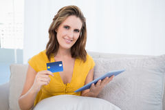 Mulher bonita que usa seu cartão de crédito para comprar em linha Foto de Stock Royalty Free