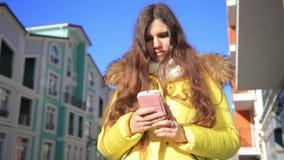 Mulher bonita que usa a tecnologia esperta app do telefone que anda com o estilo de vida feliz urbano de vida das ruas da cidade vídeos de arquivo