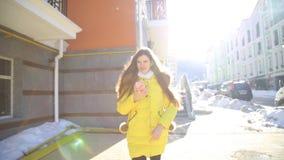 Mulher bonita que usa a tecnologia esperta app do telefone que anda com o estilo de vida feliz urbano de vida das ruas da cidade video estoque