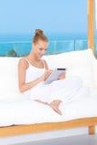 Mulher bonita que usa um caderno do touchpad Foto de Stock Royalty Free