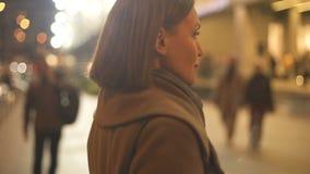 Mulher bonita que vai ao shopping, à compra dos presentes e aos produtos, feriados video estoque