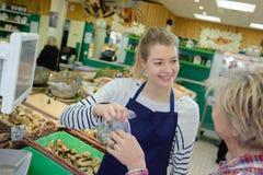 Mulher bonita que vende peixes frescos imagem de stock royalty free