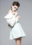 Mulher bonita que veste a composição azul e a pele branca que levantam no estúdio foto de stock royalty free