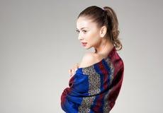 Mulher bonita que veste o lenço colorido de kashmir no cinza Imagens de Stock