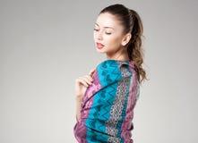 Mulher bonita que veste o lenço colorido de kashmir no cinza Foto de Stock Royalty Free