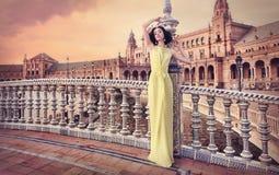 Mulher bonita que veste o vestido amarelo longo Foto de Stock Royalty Free