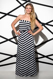 Mulher bonita que veste o vestido longo Fotografia de Stock
