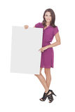 Mulher bonita que veste o vestido ocasional que guarda a placa vazia Foto de Stock Royalty Free