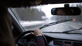Mulher bonita que viaja pelo carro na estrada do inverno vídeos de arquivo