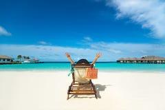 Mulher bonita quente que aprecia olhando a vista da praia Foto de Stock Royalty Free