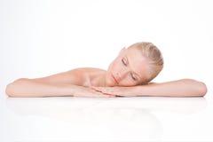A mulher bonita relaxa dentro Fotos de Stock