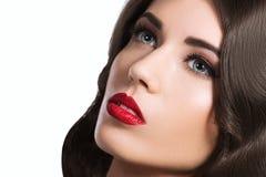 Mulher bonita, retrato do encanto no fundo branco imagem de stock royalty free