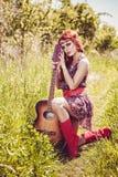 Mulher bonita romântica com sua guitarra fotografia de stock