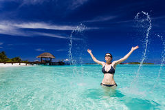 A mulher bonita salta do respingo grande do mar Fotos de Stock Royalty Free