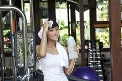 Mulher bonita saudável em um clube de aptidão Fotos de Stock Royalty Free